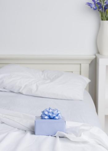 Motel「Still life of gift box on bed」:スマホ壁紙(13)