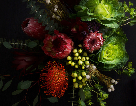 Long「Still life with flowers on dark background」:スマホ壁紙(12)