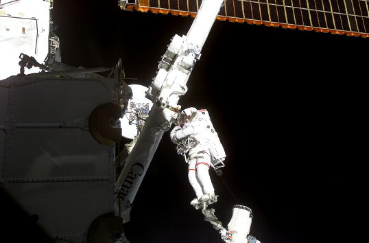 Robot Arm「Space Shuttle STS-100 Day Four」:写真・画像(13)[壁紙.com]