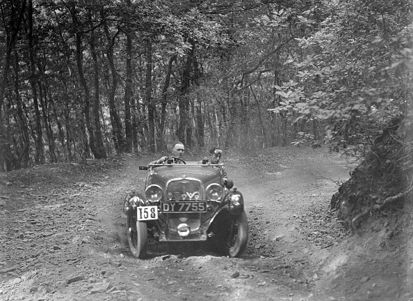 Country Road「1496 cc Singer competing in the B&HMC Brighton-Beer Trial, Fingle Bridge Hill, Devon, 1934」:写真・画像(0)[壁紙.com]