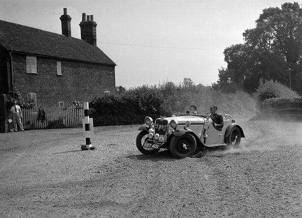 Dust「972 cc Singer competing in the Singer CC Rushmere Hill Climb, Shropshire 1935」:写真・画像(18)[壁紙.com]