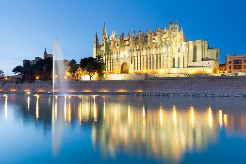 Gothic Style「Spain, Balearic Islands, Mallorca, Palma de Mallorca, La Seu Cathedral in the evening light」:スマホ壁紙(3)