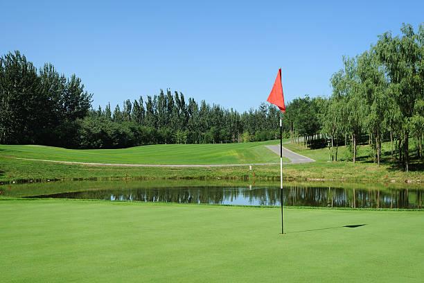 Golf Green and Red Flag - XLarge:スマホ壁紙(壁紙.com)