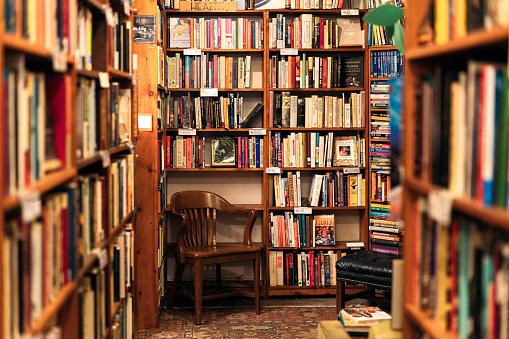 Abundance「Books on display in the corner of a second hand bookstore」:スマホ壁紙(10)
