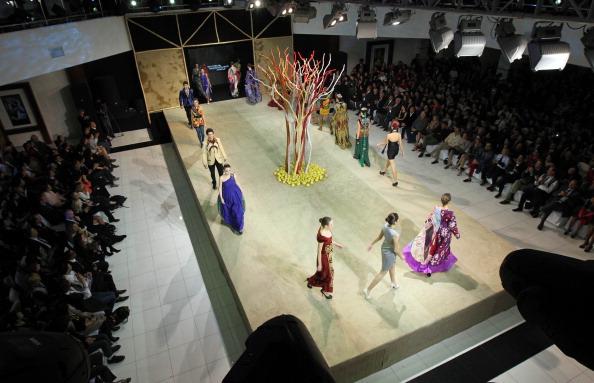 Yves Forestier「Tashkent International Theatre Festival 'Theatre.Uz' and National Dress Festival Closing Ceremony - Style.Uz Art Week 2011」:写真・画像(15)[壁紙.com]