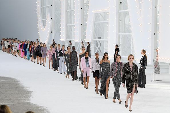 ランウェイ・ステージ「Chanel : Runway - Paris Fashion Week - Womenswear Spring Summer 2021」:写真・画像(6)[壁紙.com]