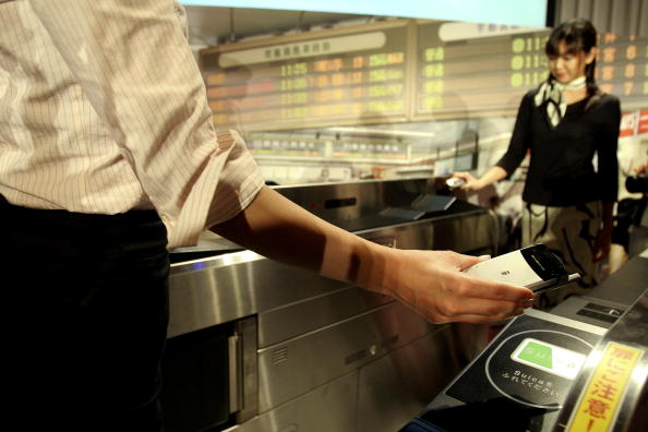 Conference Phone「Going Through Ticket Gate With Mobile Phone」:写真・画像(0)[壁紙.com]