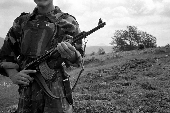 Grass「Kosovo, nr Pristina, KLA fighter standing guard over mass grave (B&W)」:写真・画像(16)[壁紙.com]