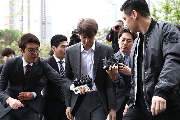 Small Group Of People「JYJ's Park Yoo-chun Appears At Suwon Court」:写真・画像(6)[壁紙.com]