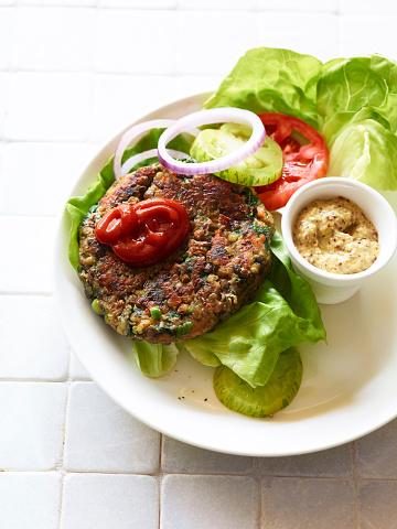 Veggie Burger「Overhead of lentil and black bean veggie burger」:スマホ壁紙(8)