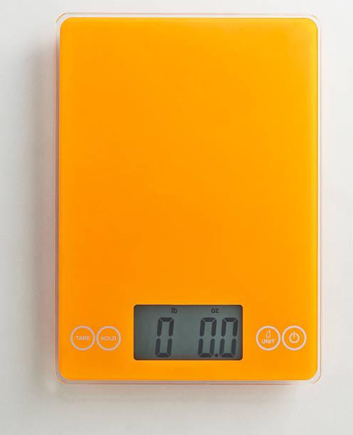 Overhead of orange food scale on white background:スマホ壁紙(壁紙.com)