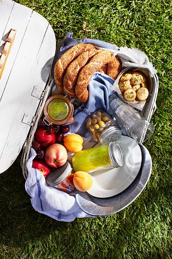 Picnic「Overhead of full picnic basket on grass」:スマホ壁紙(8)