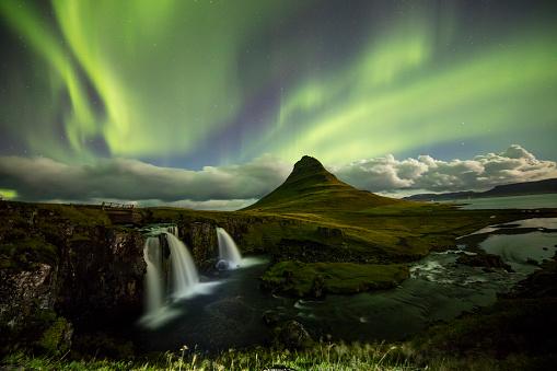 star sky「Aurora over Kirkjufell and waterfall at night」:スマホ壁紙(4)