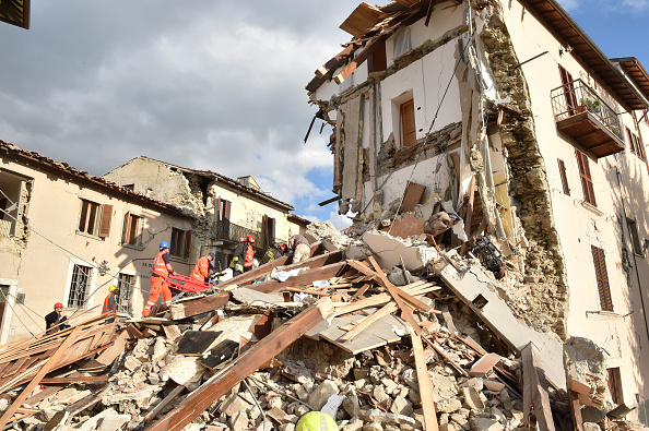 イタリア「Magnitude 6.2 Earthquake In Central Italy Kill At Least 38」:写真・画像(2)[壁紙.com]