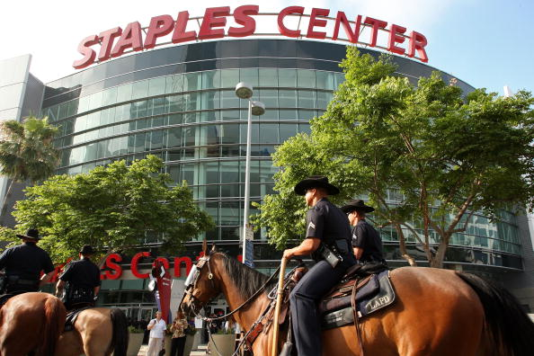 Staples Center「Memorial Service For Michael Jackson Draws Thousands Of Fans And Mourners」:写真・画像(4)[壁紙.com]