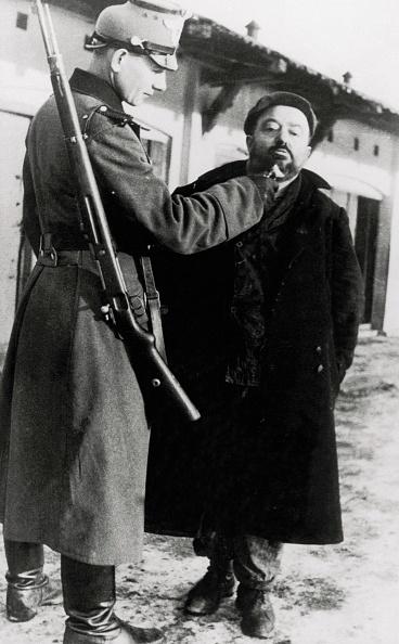 Beard「German soldier are cutting the beard of a jewish m」:写真・画像(3)[壁紙.com]