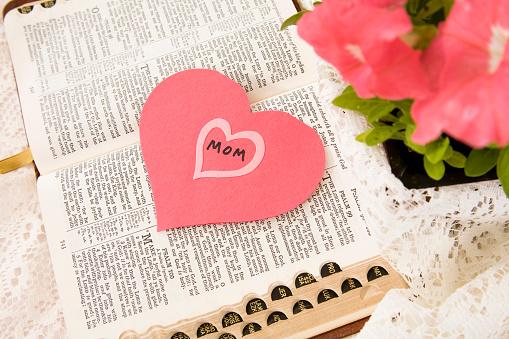 母の日「開いた聖書の建設紙ピンクのハートモメンタル」:スマホ壁紙(1)