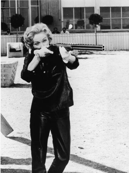 Marlene Dietrich「Dietrich Aims Her Gun」:写真・画像(14)[壁紙.com]