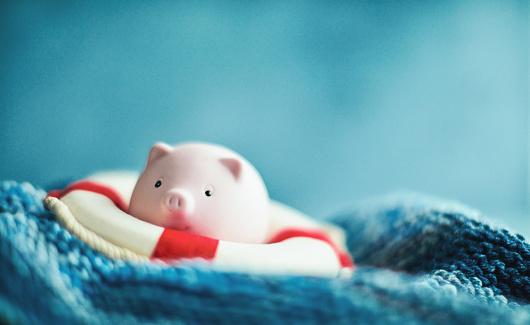 Struggle「Financial depression. Piggy bank with life belt struggling to stay afloat」:スマホ壁紙(3)