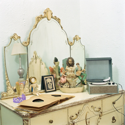 Dressing Table「Vintage record player and records on vanity」:スマホ壁紙(2)