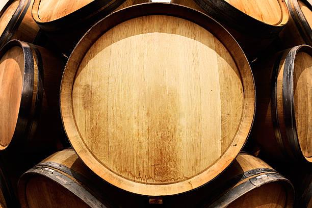 End-on view of oak wine barrel with copy space:スマホ壁紙(壁紙.com)