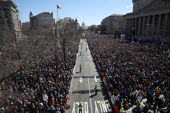 出席する「Hundreds Of Thousands Attend March For Our Lives In Washington DC」:写真・画像(14)[壁紙.com]