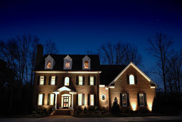 A luxurious large manor home lit up at night:スマホ壁紙(壁紙.com)