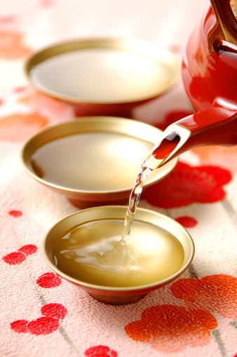 Sake「Sake pouring into Sake cups, close up」:スマホ壁紙(6)