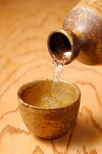 Sake「Sake pouring into Sake cup, close up」:スマホ壁紙(0)