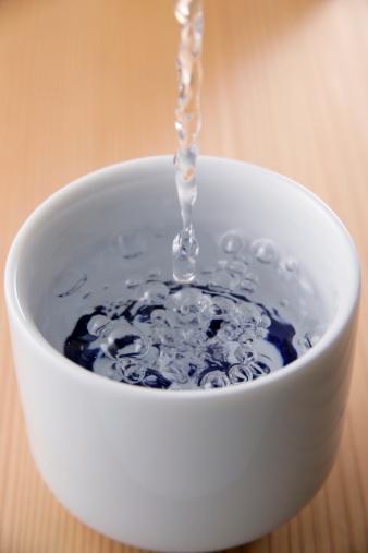 Sake「Sake pouring into cup」:スマホ壁紙(17)