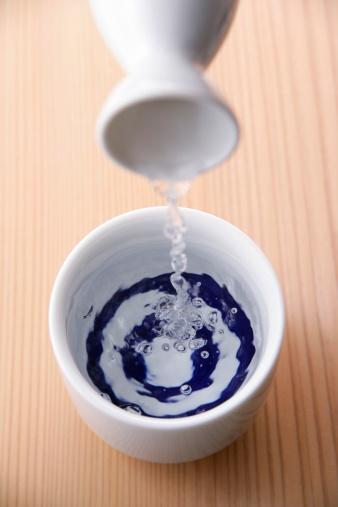 Sake「Sake pouring into cup」:スマホ壁紙(9)