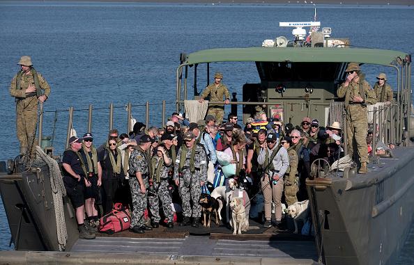 オーストラリア「Mallacoota Bushfire Evacuees Arrive On HMAS Choules Following Bushfires」:写真・画像(3)[壁紙.com]