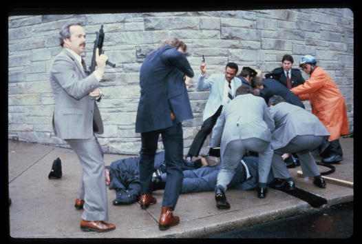Assassination「Chaos Outside The Washington Hilton Hotel After The Assassination Attempt On President Reagan」:写真・画像(3)[壁紙.com]