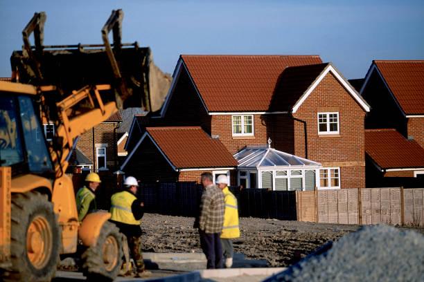 Backhoe loader and site staff at new residential development near the river Thames, Thames Gateway, north Kent.:ニュース(壁紙.com)