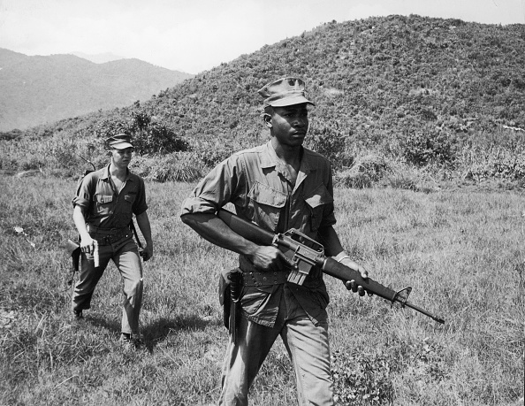 Army Soldier「Two Soldiers On Patrol In Vietnam War, 1960s. 」:写真・画像(18)[壁紙.com]