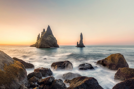Dyrholaey「Reynisdrangar cliffs on Black sand beach, Vik, Iceland」:スマホ壁紙(1)