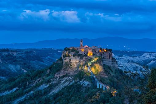 Footbridge「Italy, Lazio, view to Civita di Bagnoregio at blue hour」:スマホ壁紙(7)
