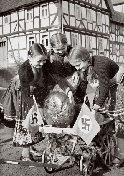 Loaf of Bread「Farm Bread Being Sent To The Poor People In The City Germany 1936」:写真・画像(11)[壁紙.com]