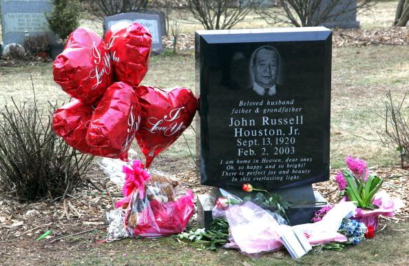 Grave「Fans Visit The Burial Site Of Whitney Houston」:写真・画像(6)[壁紙.com]