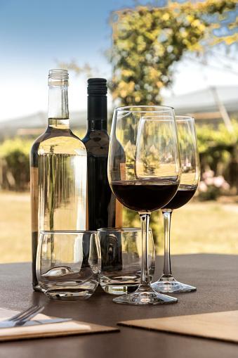 Shiraz「Glasses and bottle of red wine」:スマホ壁紙(5)