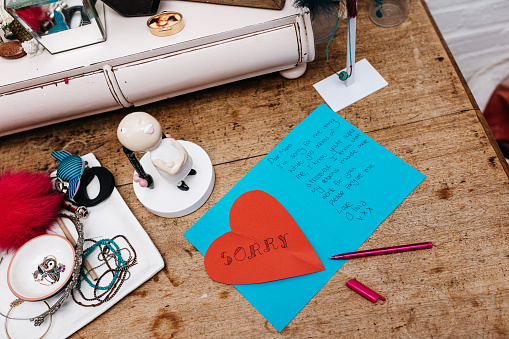 Dressing Table「I'm sorry notes left on a dressing table」:スマホ壁紙(16)