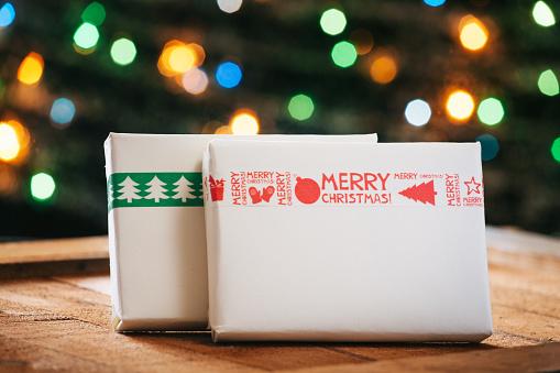 マツ科「Two wrapped Christmas presents」:スマホ壁紙(14)