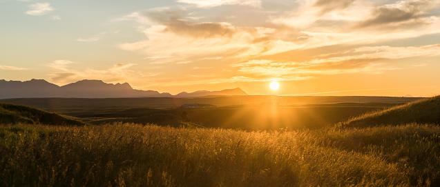 雲「Sun rises above grasslands, mountain ranch」:スマホ壁紙(11)