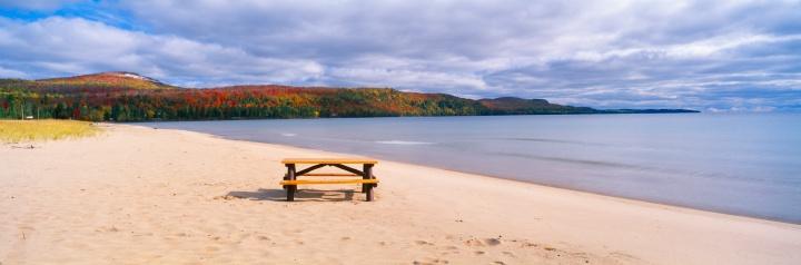 """Great Lakes「""""Picnic table on beach at Keweenaw Bay, Lake Superior, Michigan""""」:スマホ壁紙(6)"""