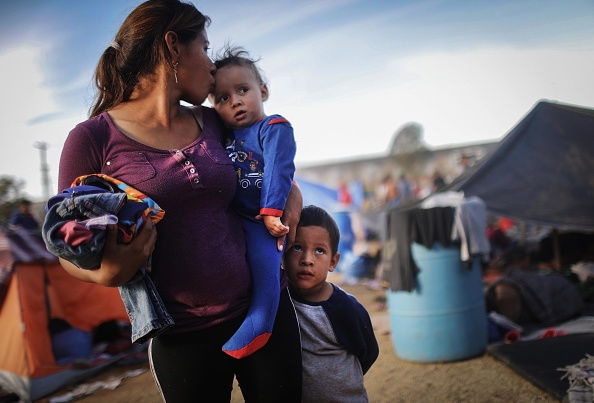 Parent「Immigrant Caravan Members Gather At U.S.-Mexico Border」:写真・画像(13)[壁紙.com]