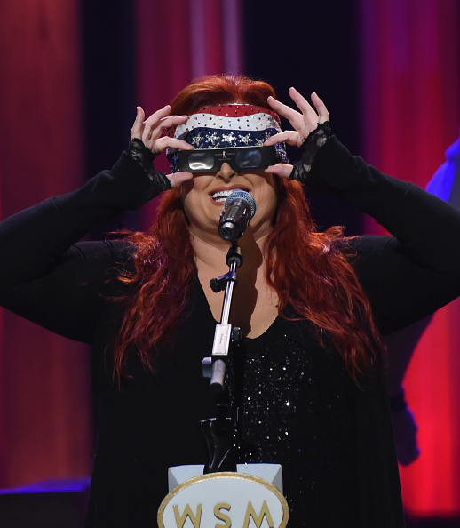 カメラ目線「Grand Ole Opry Total Eclipse 2017 Show」:写真・画像(4)[壁紙.com]