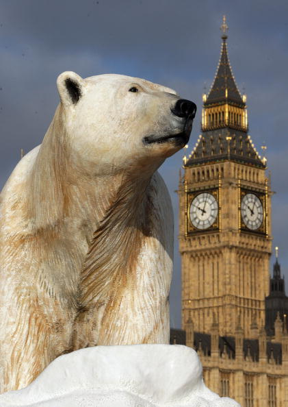 Ice Sculpture「Giant Polar Bear Is Floated Down The Thames」:写真・画像(0)[壁紙.com]