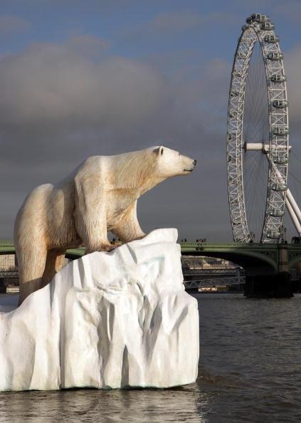Ice Sculpture「Giant Polar Bear Is Floated Down The Thames」:写真・画像(4)[壁紙.com]