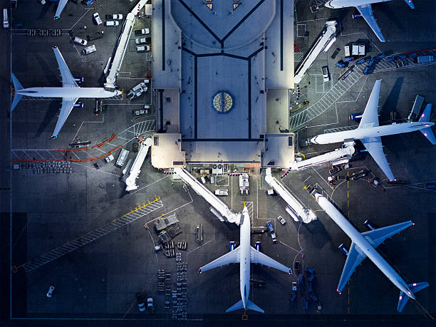 Airliners at  gates and Control Tower at LAX:スマホ壁紙(壁紙.com)