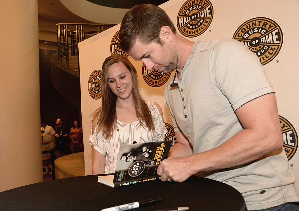 "New「Josh Turner Signs Copies Of His New Book ""Man Stuff""」:写真・画像(12)[壁紙.com]"